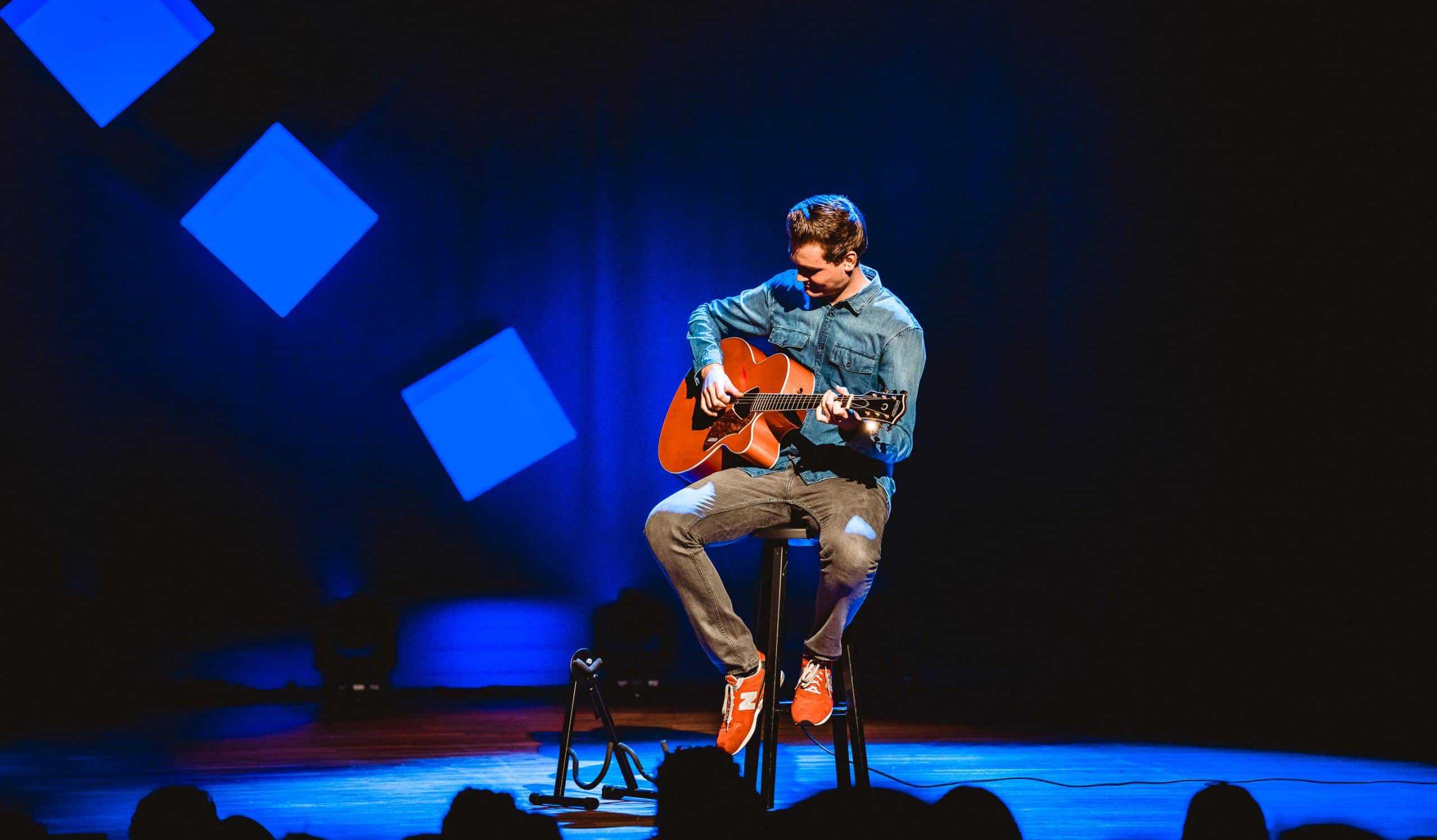 cabaratier in actie met gitaar
