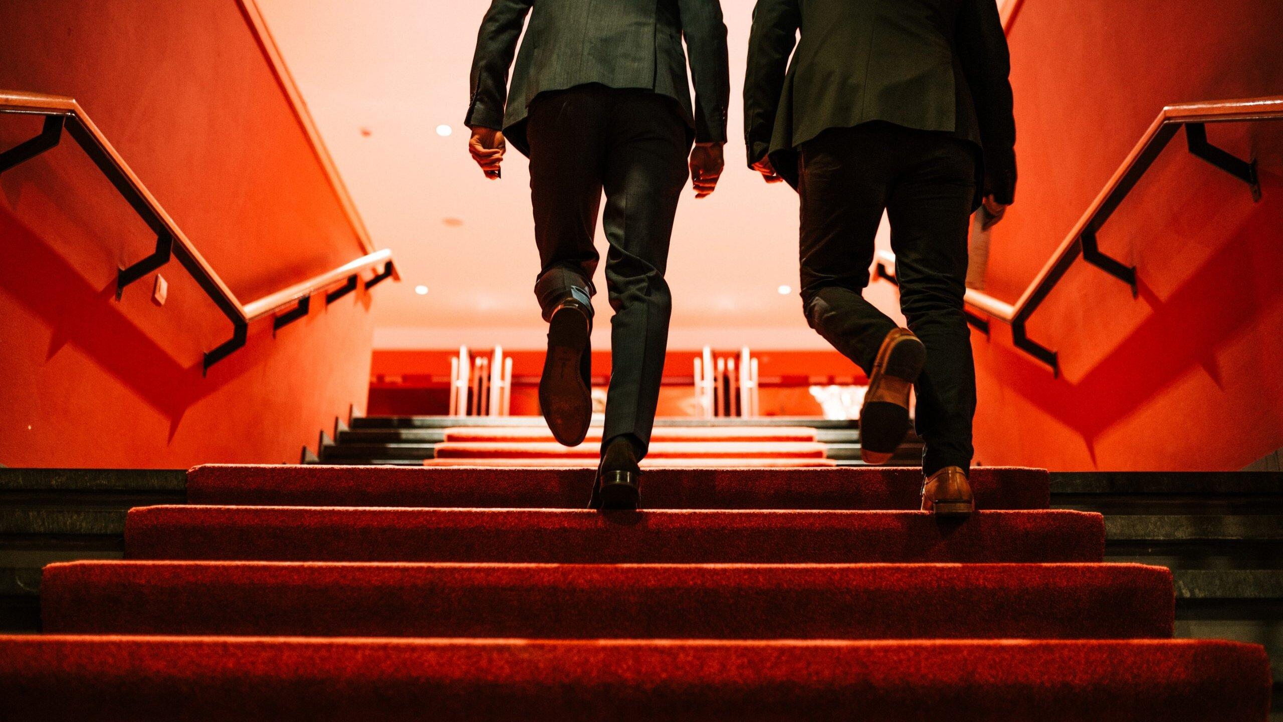twee mannen in pak lopen trap op in het martiniplaza