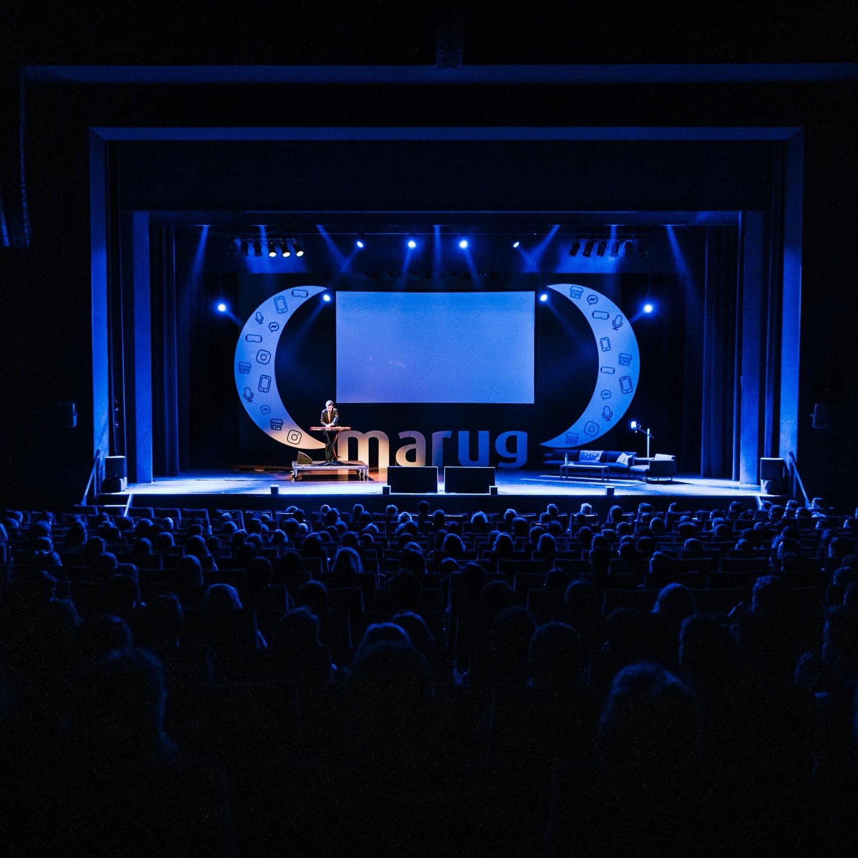 opening van de marug conference 2019 met publiek in de voorgrond en sprekers op het podium