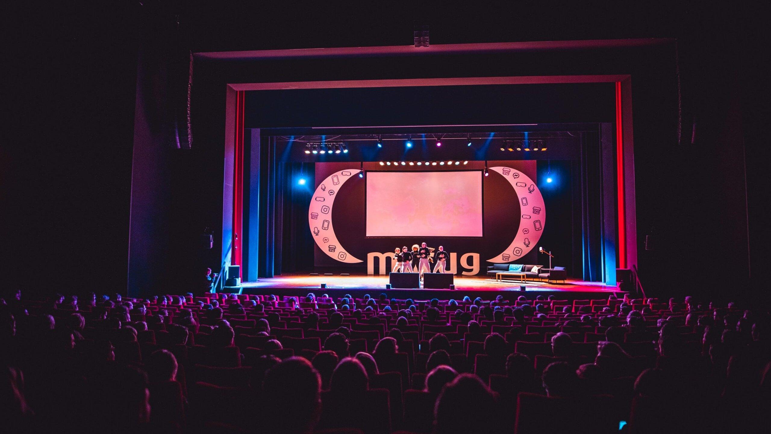 optreden van een live act tijdens de marug conference in het martiniplaza