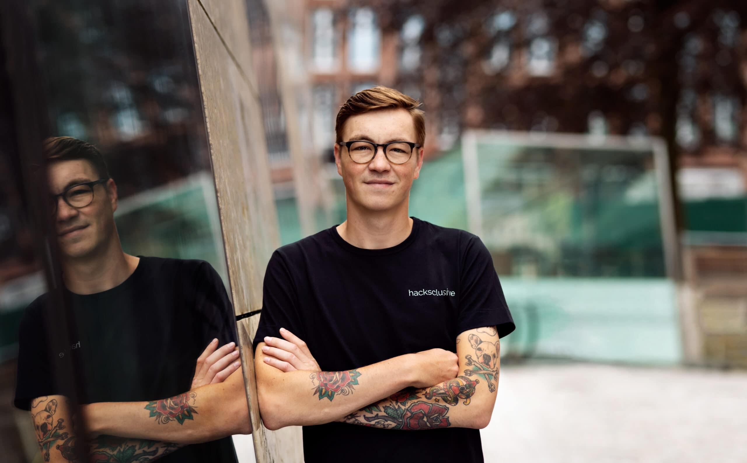 portretfoto met armen overelkaar voor het groninger forum voor hacksclusive