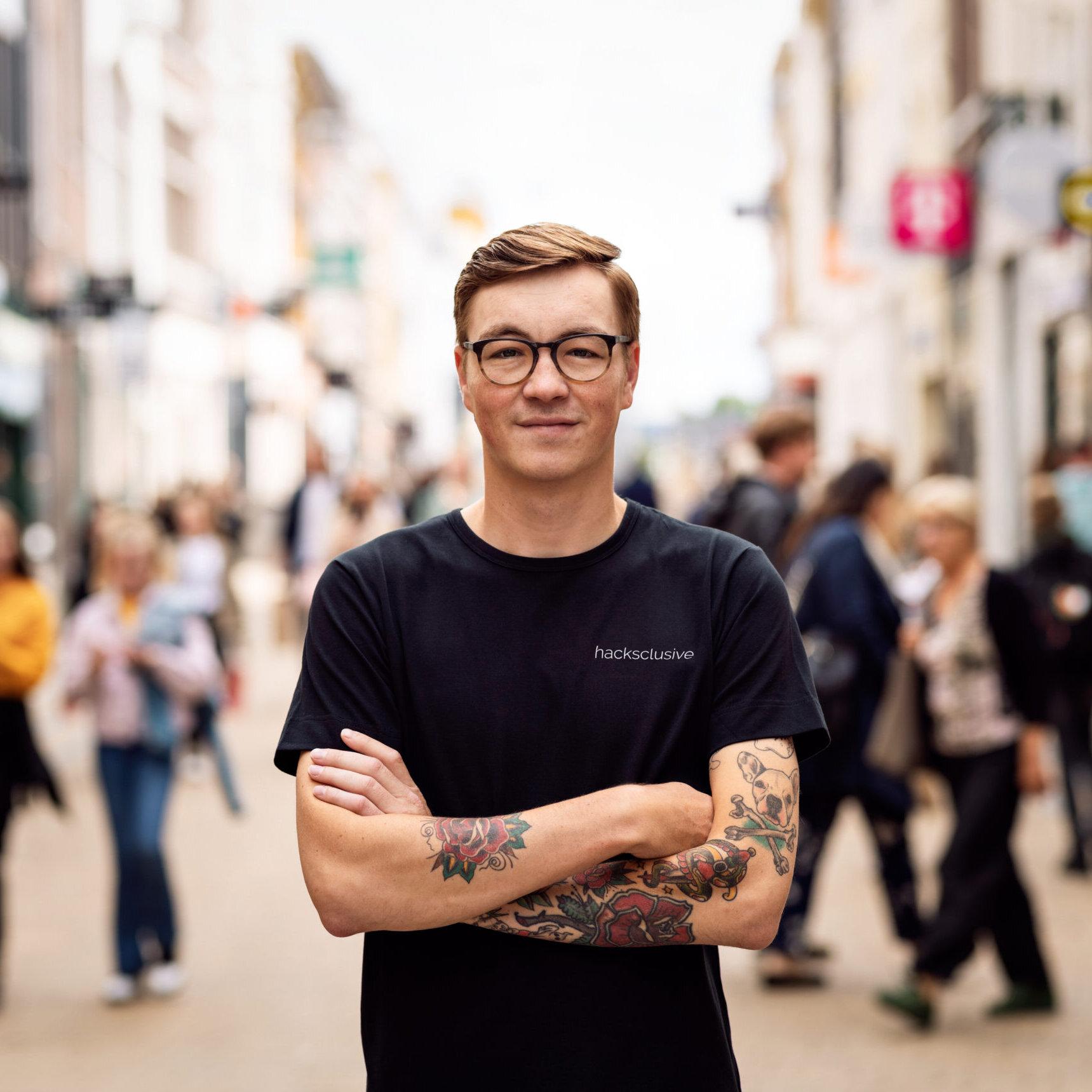 portretfoto in de herestraat groningen met winkelend publiek in de achtergrond