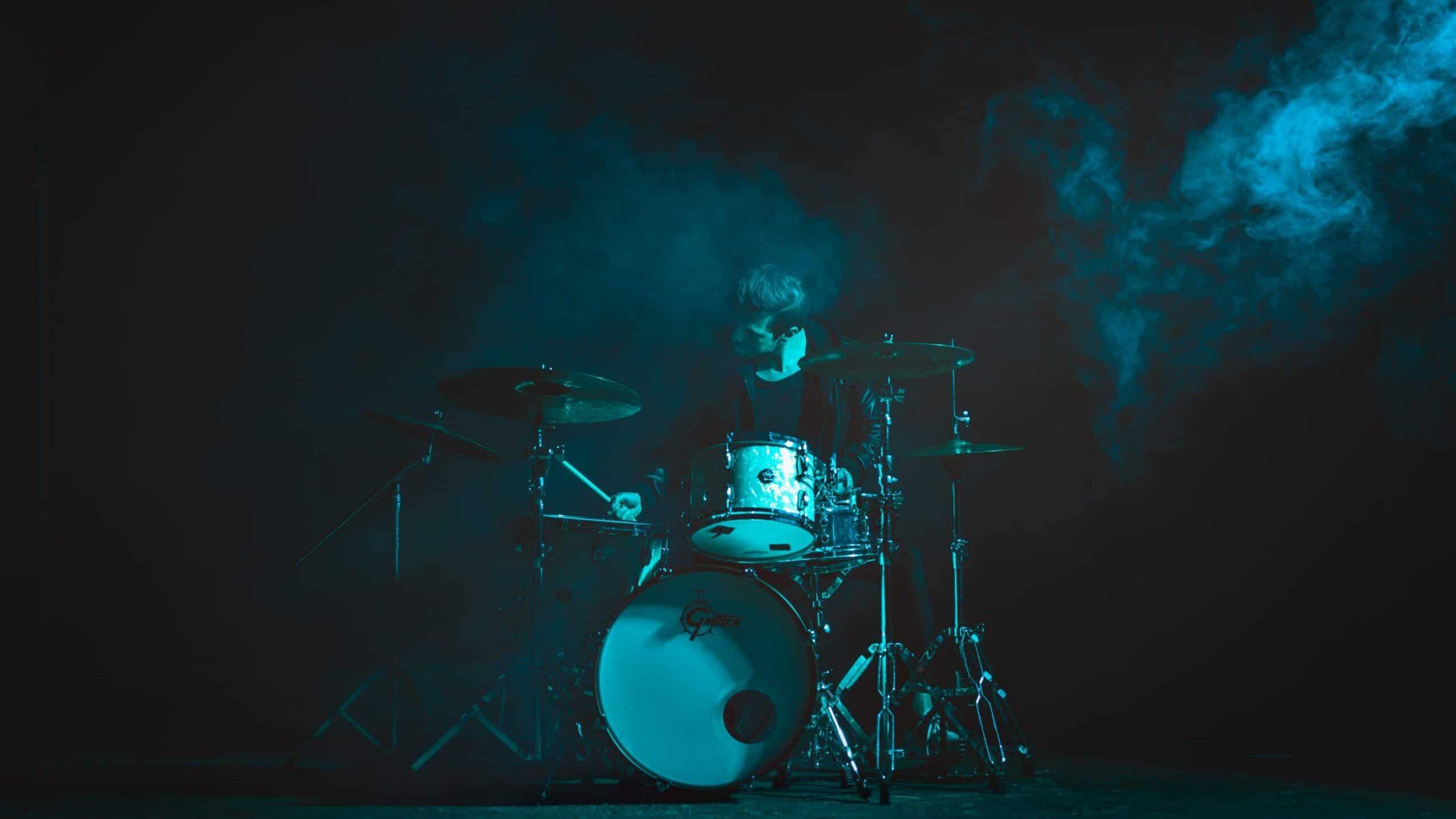 portretfoto van een drummer met gebruik van blauw gekleurd flitslicht