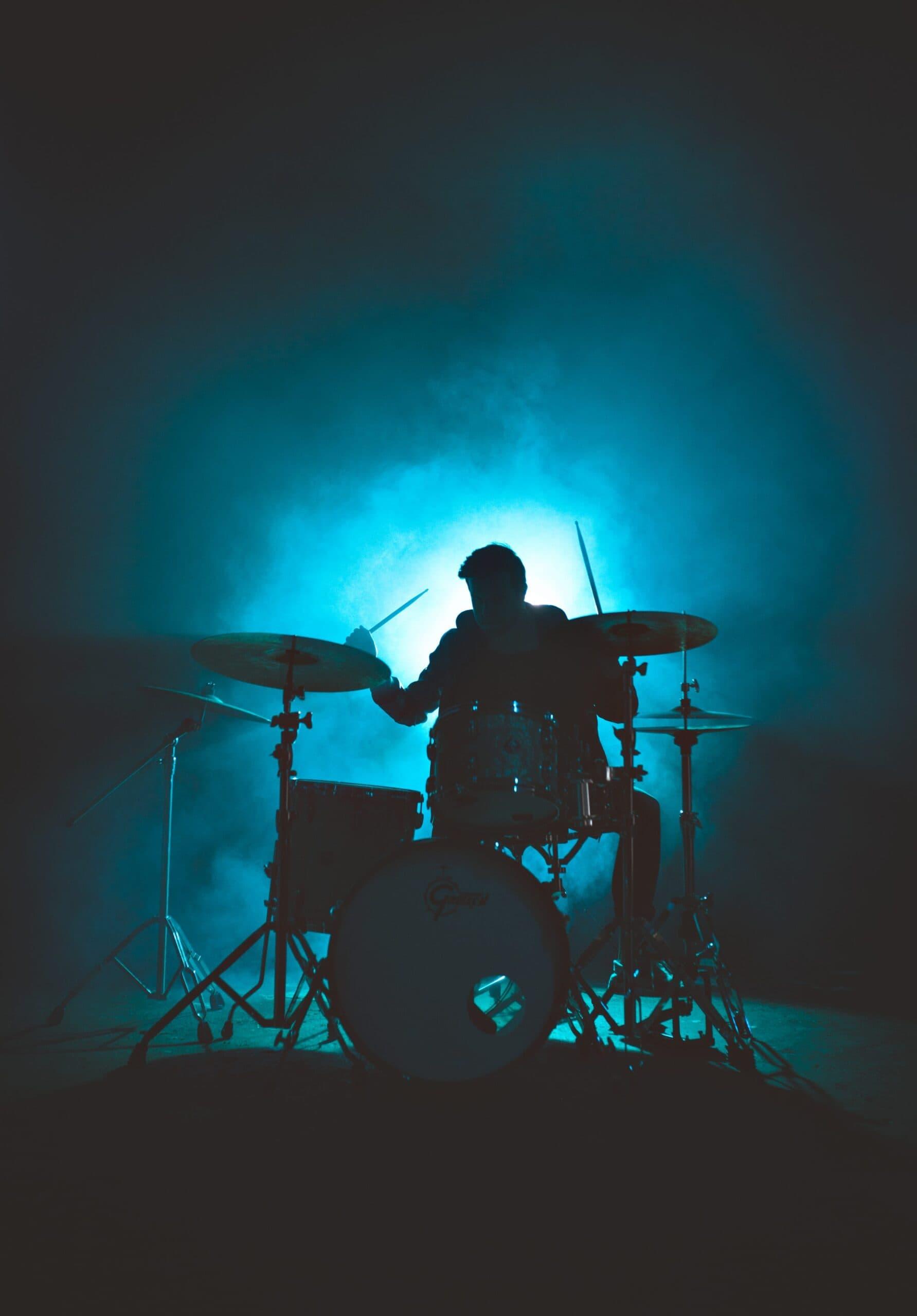 Silhouet van drummer met blauw licht