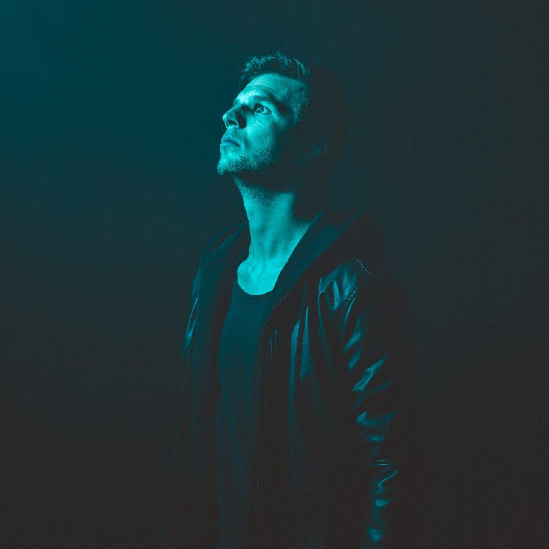 artistieke portretfoto met blauw gekleurd licht