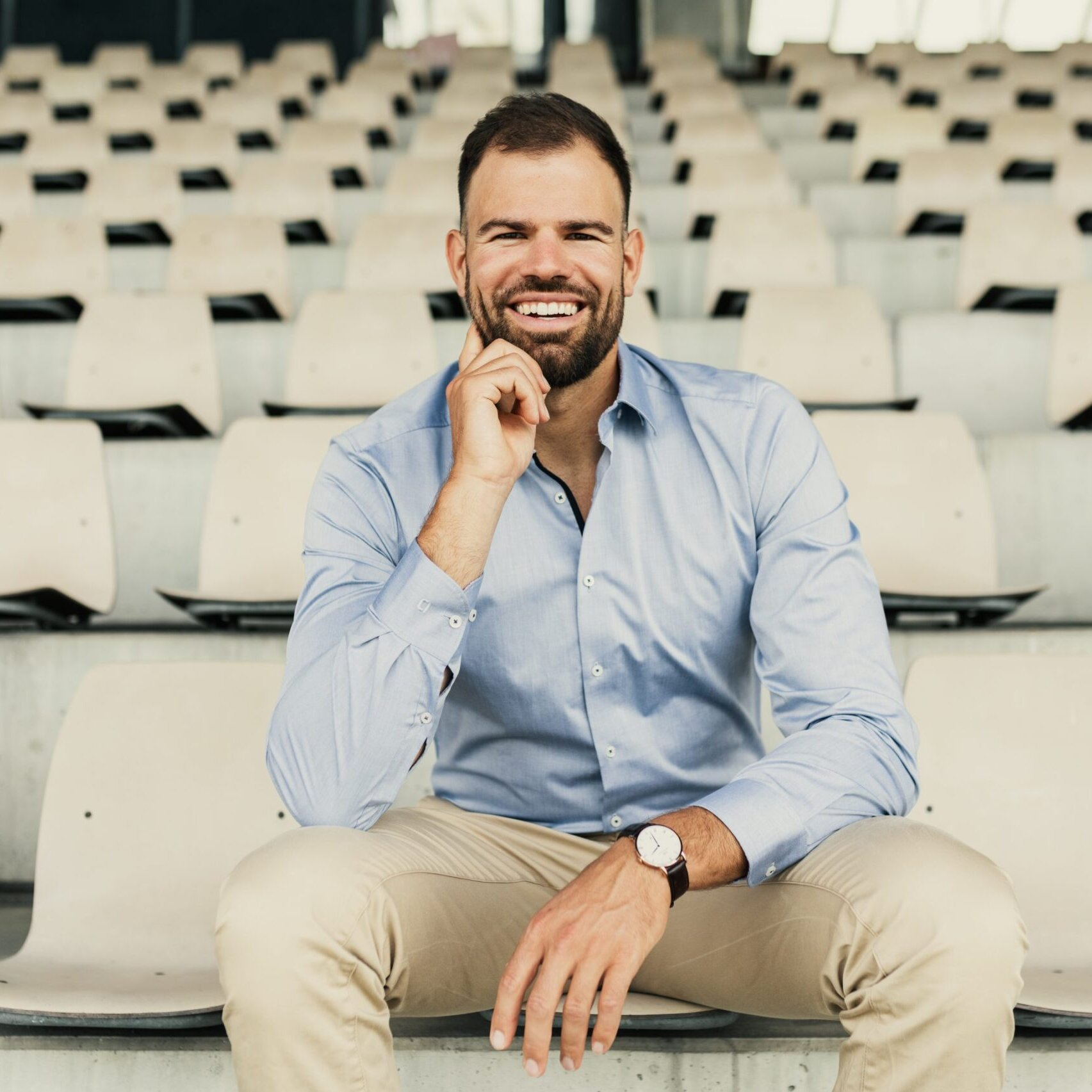 Portretfoto van roeier max planer op sport tribune