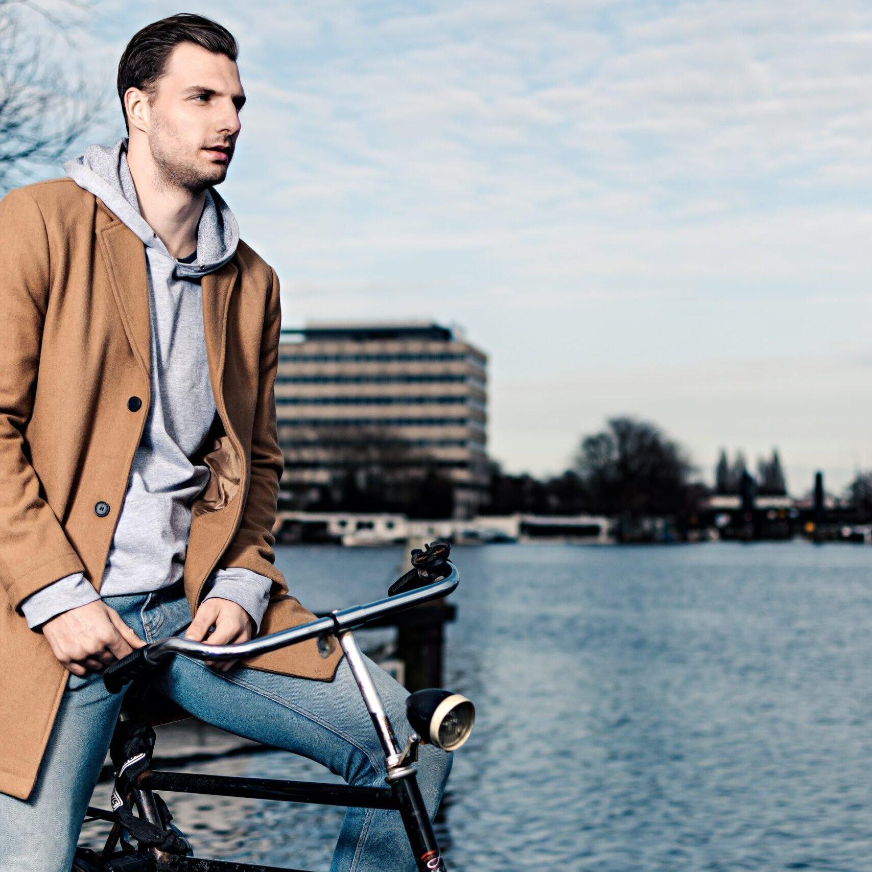 portretfoto van mannelijk model in de omval Amsterdam met stadsfiets